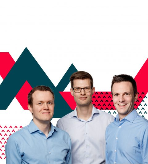 3 Gründer von Alptel Partner Fasoon vor grossem Fasoon Logo